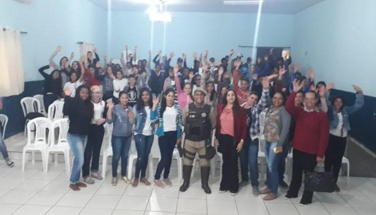 Alunos dos Colégios Zelinda e Nunila em Maniaçu participam de palestra sobre prevenção do consumo de drogas