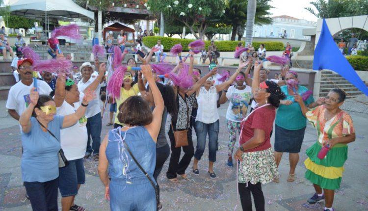 Prefeitura comemora Dia do Idoso com baile de máscaras