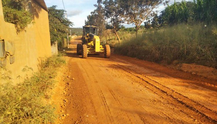 Prefeitura e Consórcio Alto Sertão recuperam estrada que liga o distrito de Pajeú do Vento